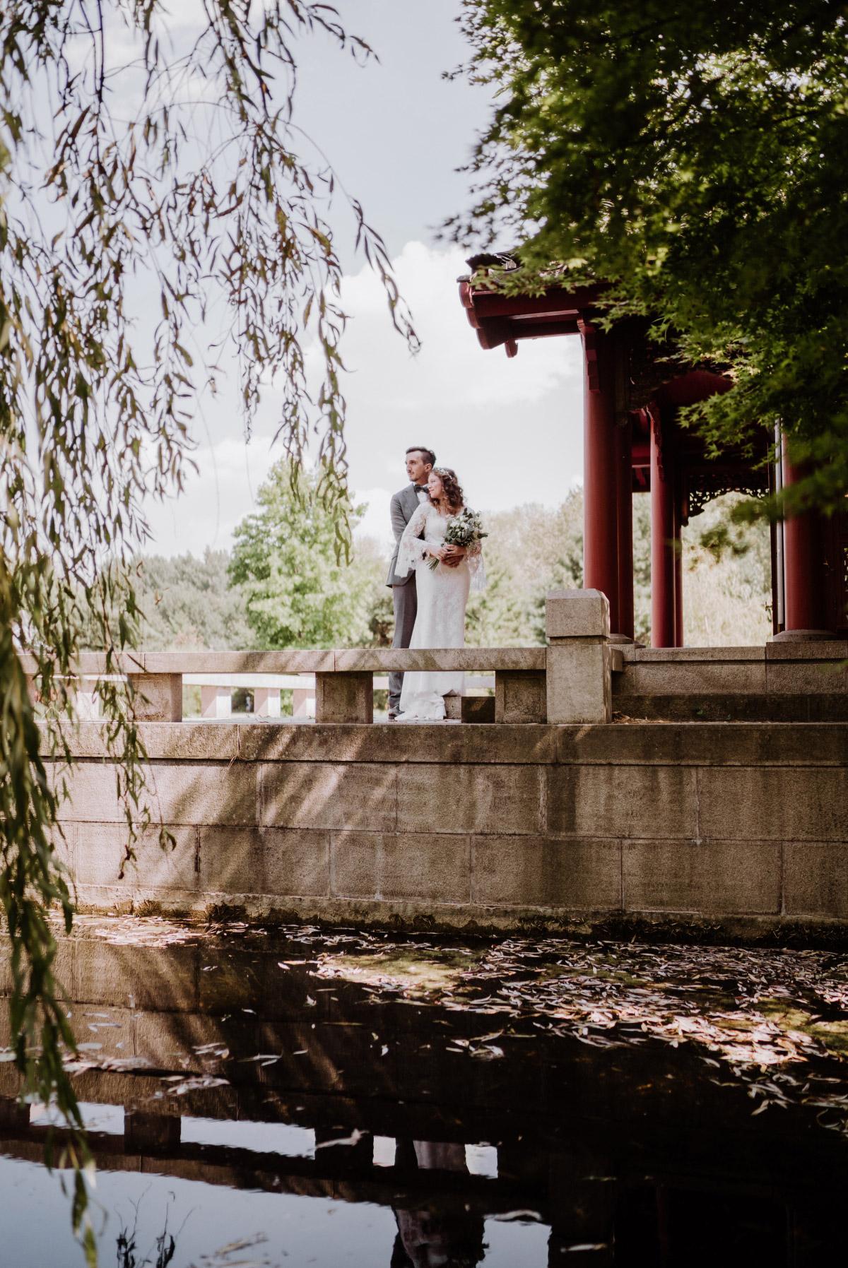 standesamtlich heiraten Berlin - Corona Hochzeit im Standesamt Berlin Gärten der Welt Chinesischer Garten - mehr im Blog von Hochzeitsfotografin Berlin © www.hochzeitslicht.de #hochzeitslicht