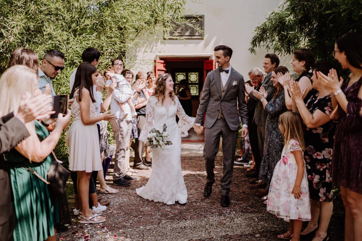 Hochzeitsfoto Auszug Brautpaar - Corona Hochzeit im Standesamt Berlin Gärten der Welt Chinesischer Garten - mehr im Blog von Hochzeitsfotografin Berlin © www.hochzeitslicht.de #hochzeitslicht