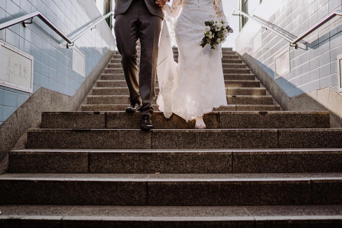 Urbane Hochzeitsfotografie Berlin BVG - Corona Hochzeit im Standesamt Berlin Gärten der Welt Chinesischer Garten - mehr im Blog von Hochzeitsfotografin Berlin © www.hochzeitslicht.de #hochzeitslicht