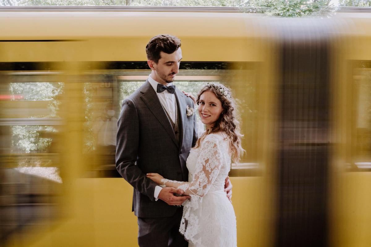 Hochzeitsfoto U-Bahn Berlin - Corona Hochzeit im Standesamt Berlin Gärten der Welt Chinesischer Garten - mehr im Blog von Hochzeitsfotografin Berlin © www.hochzeitslicht.de #hochzeitslicht
