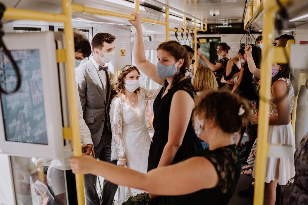 kreative Hochzeitsfotos U-Bahn Berlin - Corona Hochzeit im Standesamt Berlin Gärten der Welt Chinesischer Garten - mehr im Blog von Hochzeitsfotografin Berlin © www.hochzeitslicht.de #hochzeitslicht