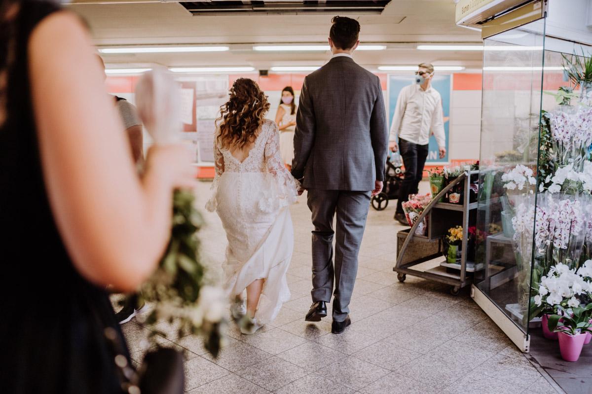 urbane Hochzeitsfotos Berlin U-Bahn- Corona Hochzeit im Standesamt Berlin Gärten der Welt Chinesischer Garten - mehr im Blog von Hochzeitsfotografin Berlin © www.hochzeitslicht.de #hochzeitslicht