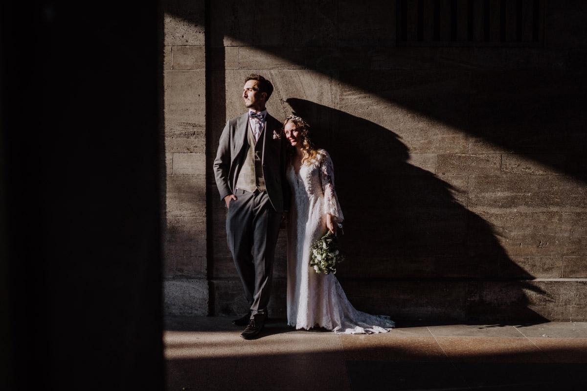 Fotoshooting Brautpaar Standesamt - Corona Hochzeit im Standesamt Berlin Gärten der Welt Chinesischer Garten - mehr im Blog von Hochzeitsfotografin Berlin © www.hochzeitslicht.de #hochzeitslicht