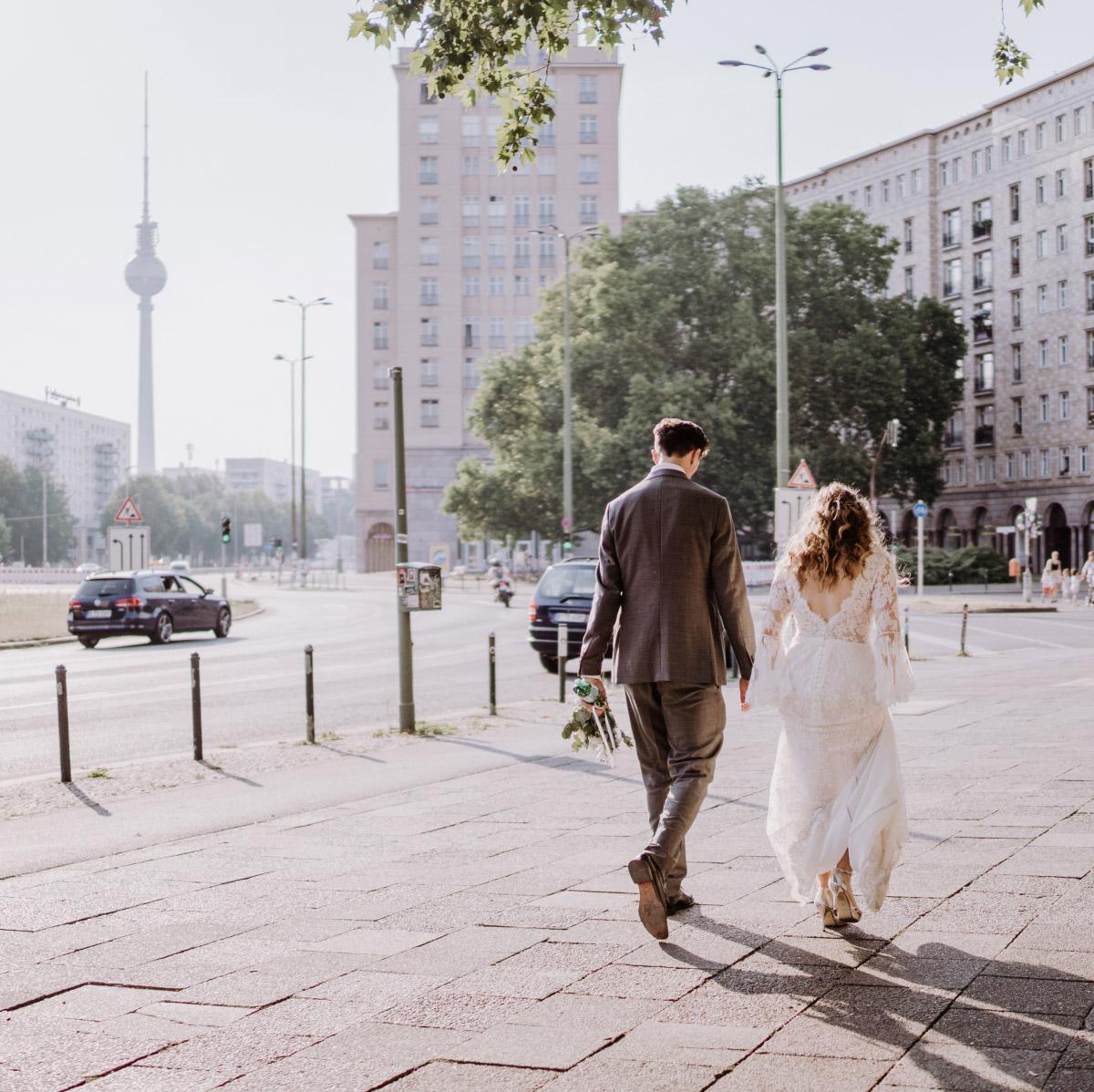 Berlin Hochzeit - Corona Hochzeit im Standesamt Berlin Gärten der Welt Chinesischer Garten - mehr im Blog von Hochzeitsfotografin Berlin © www.hochzeitslicht.de #hochzeitslicht