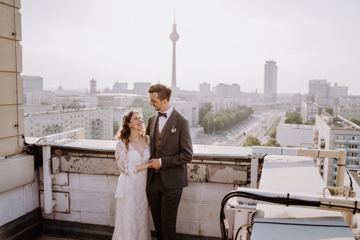 Hochzeitsfotos Berlin Fernsehturm - Corona Hochzeit im Standesamt Berlin Gärten der Welt Chinesischer Garten - mehr im Blog von Hochzeitsfotografin Berlin © www.hochzeitslicht.de #hochzeitslicht