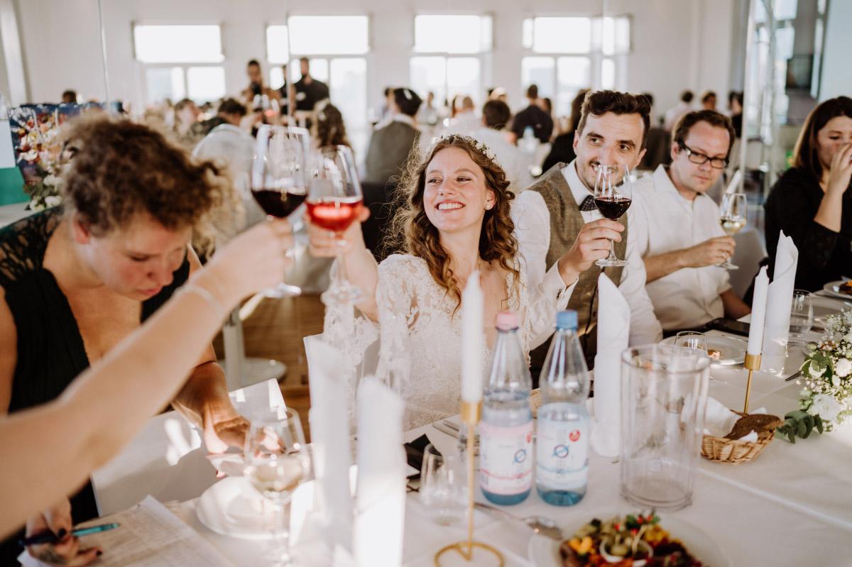 Hochzeitsfeier - Corona Hochzeit im Standesamt Berlin Gärten der Welt Chinesischer Garten - mehr im Blog von Hochzeitsfotografin Berlin © www.hochzeitslicht.de #hochzeitslicht