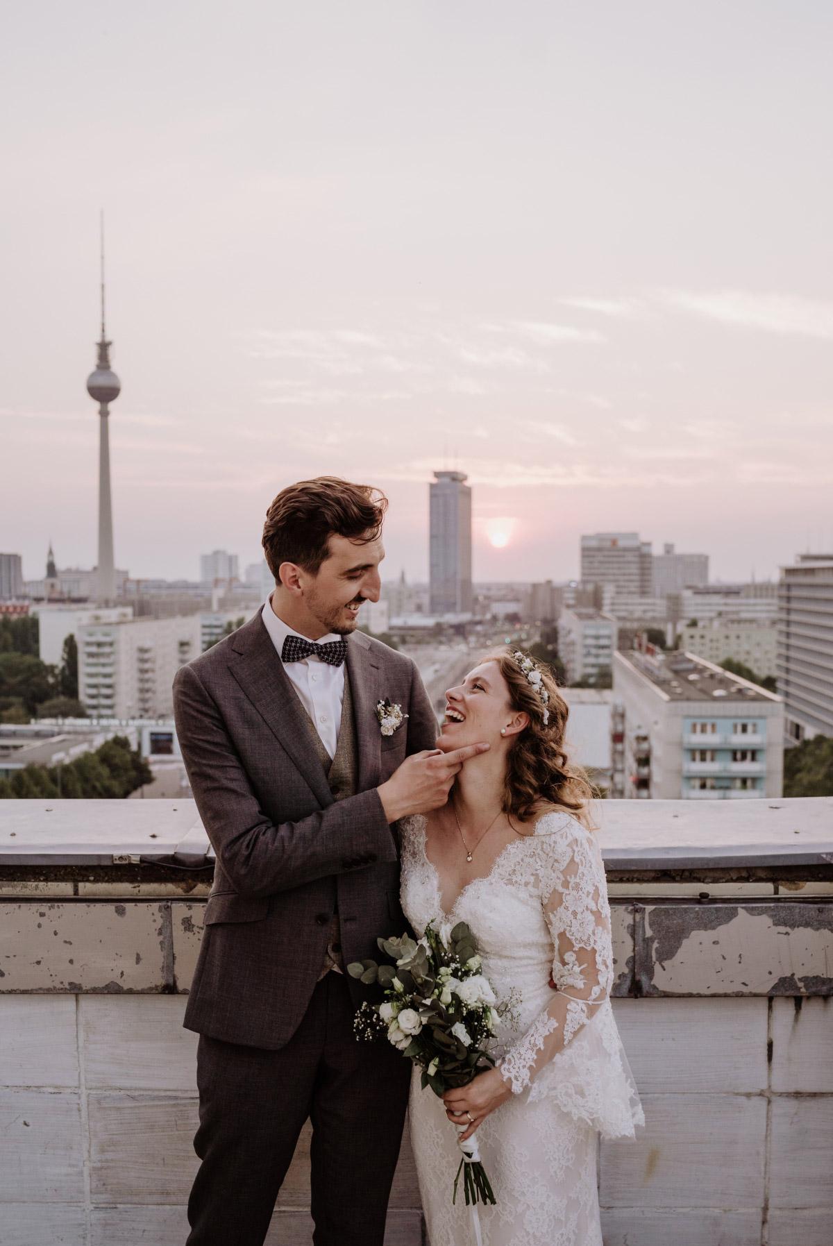 Hochzeitsfotograf Berlin - Corona Hochzeit im Standesamt Berlin Gärten der Welt Chinesischer Garten - mehr im Blog von Hochzeitsfotografin Berlin © www.hochzeitslicht.de #hochzeitslicht