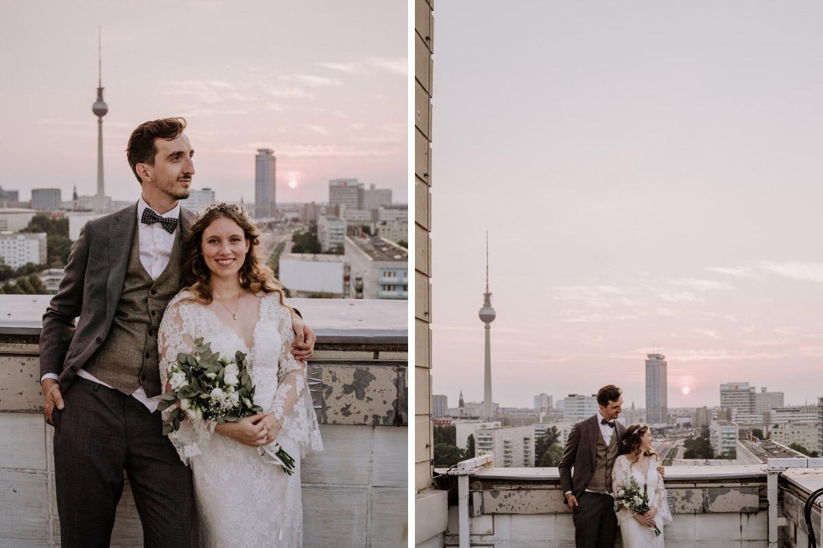 Fotoshooting Brautpaar Fernsehturm - Corona Hochzeit im Standesamt Berlin Gärten der Welt Chinesischer Garten - mehr im Blog von Hochzeitsfotografin Berlin © www.hochzeitslicht.de #hochzeitslicht