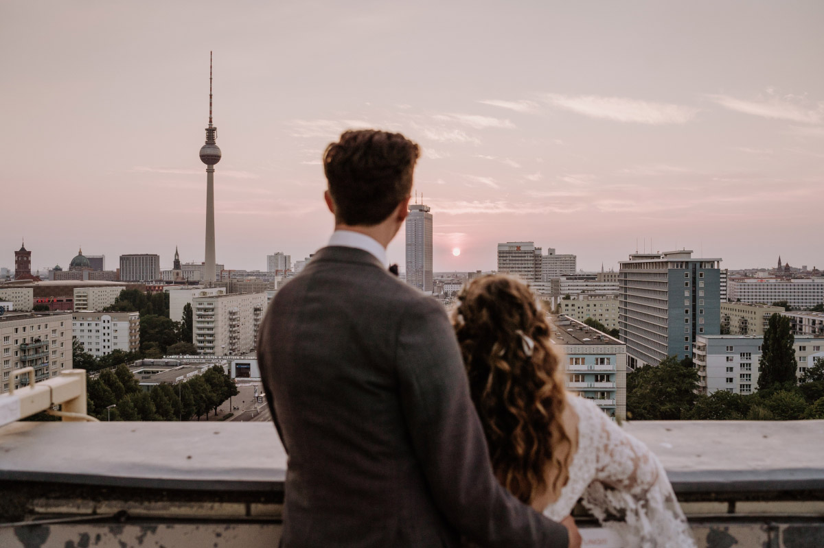 Hochzeitsfotos Brautpaar Sonnenuntergang Fernsehturm Berlin - Corona Hochzeit im Standesamt Berlin Gärten der Welt Chinesischer Garten - mehr im Blog von Hochzeitsfotografin Berlin © www.hochzeitslicht.de #hochzeitslicht