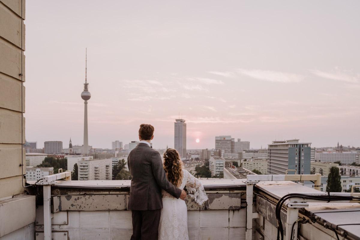 urbane Hochzeitsfotos Sonnenuntergang - Corona Hochzeit im Standesamt Berlin Gärten der Welt Chinesischer Garten - mehr im Blog von Hochzeitsfotografin Berlin © www.hochzeitslicht.de #hochzeitslicht