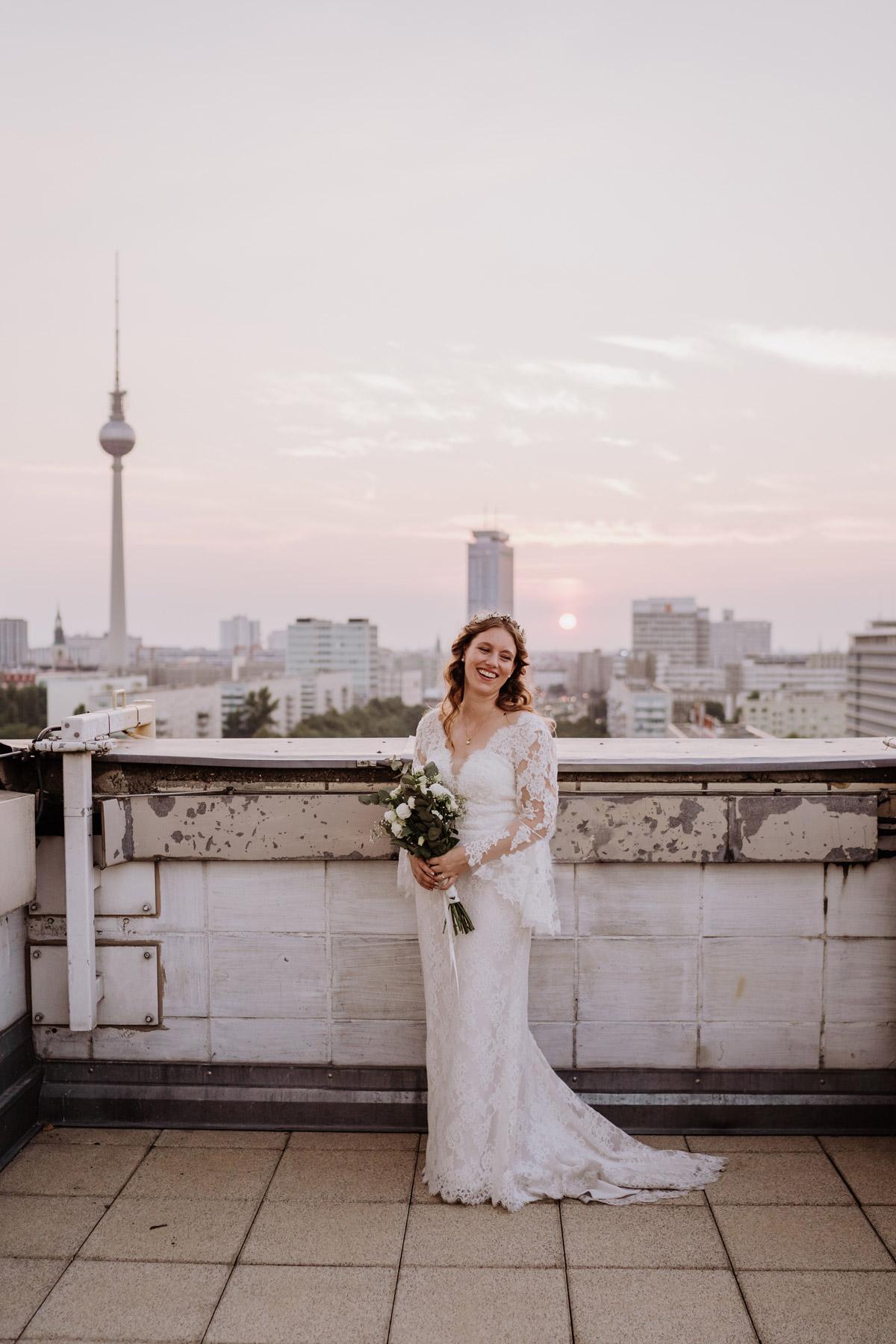 Hochzeitsfoto Fernsehturm Berlin Braut - Corona Hochzeit im Standesamt Berlin Gärten der Welt Chinesischer Garten - mehr im Blog von Hochzeitsfotografin Berlin © www.hochzeitslicht.de #hochzeitslicht