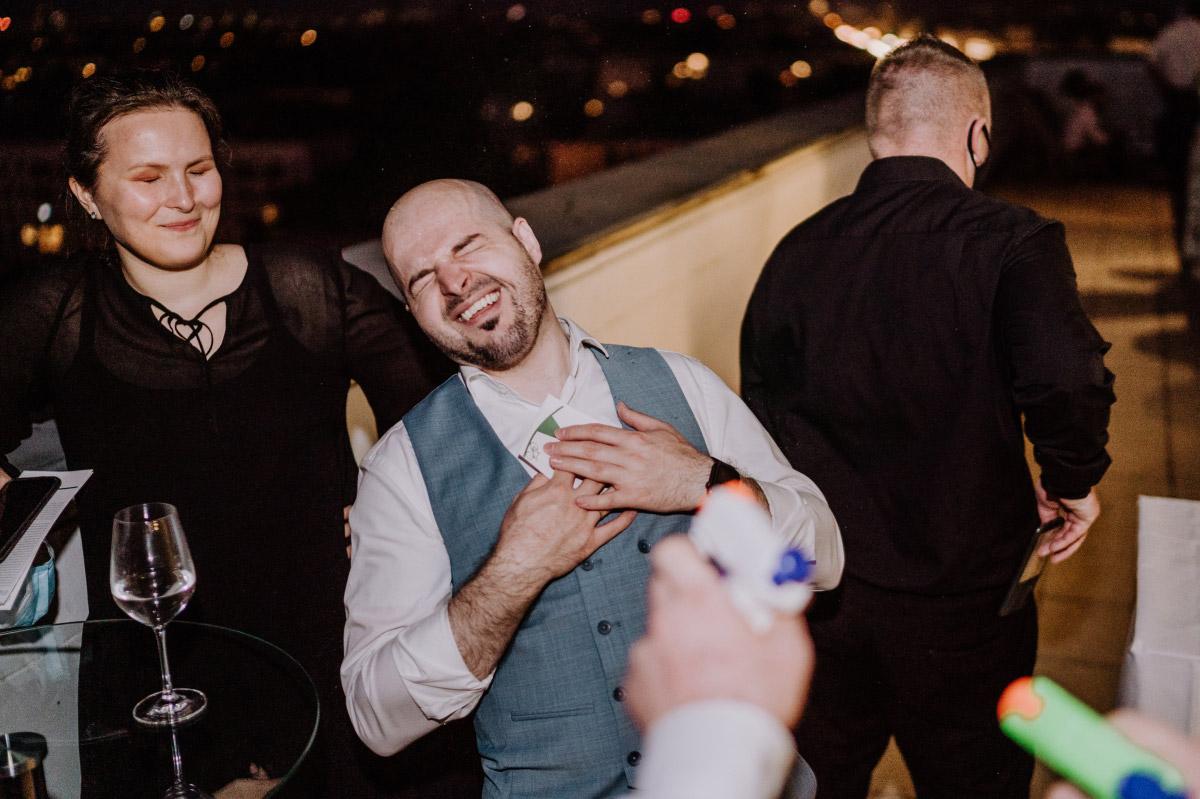 Unterhaltung Gäste - Corona Hochzeit im Standesamt Berlin Gärten der Welt Chinesischer Garten - mehr im Blog von Hochzeitsfotografin Berlin © www.hochzeitslicht.de #hochzeitslicht
