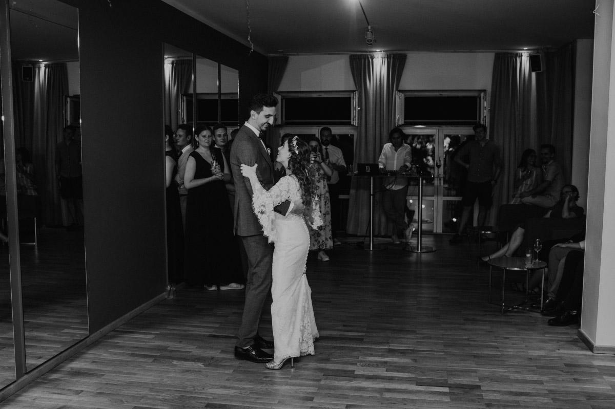 Hochzeitsfoto Tanz Brautpaar - Corona Hochzeit im Standesamt Berlin Gärten der Welt Chinesischer Garten - mehr im Blog von Hochzeitsfotografin Berlin © www.hochzeitslicht.de #hochzeitslicht