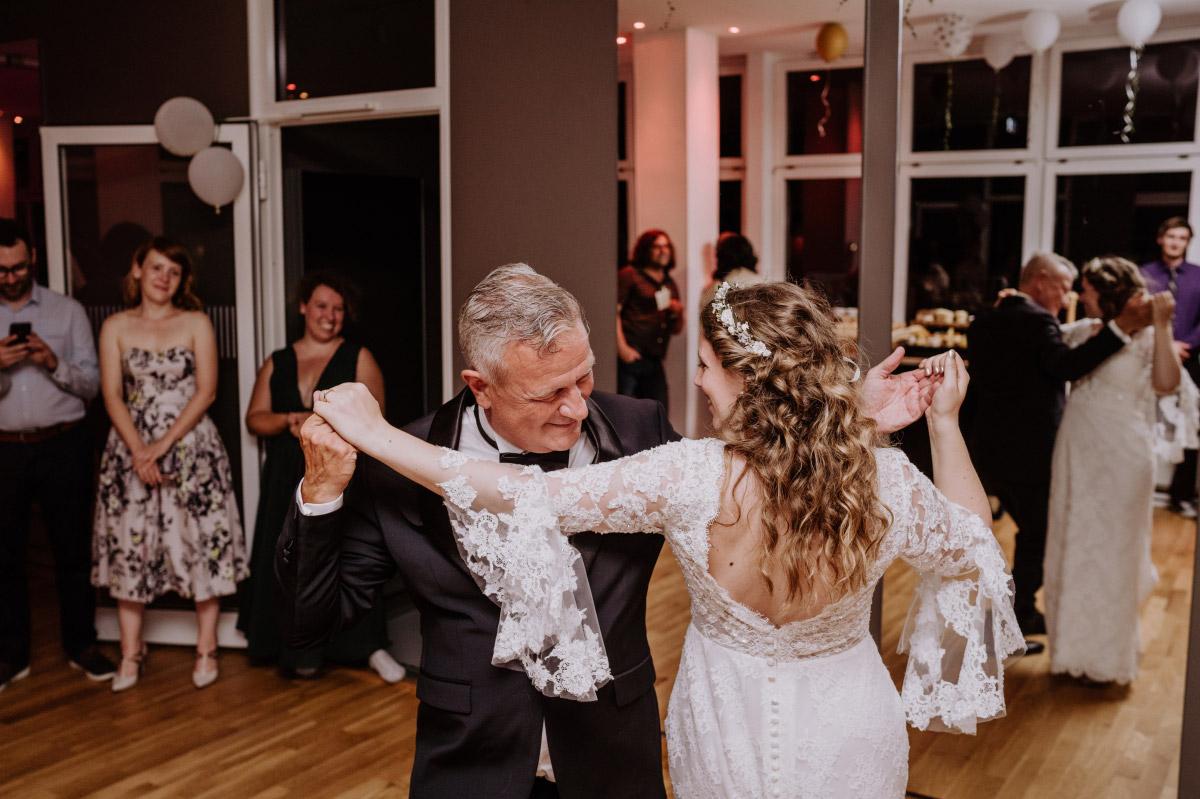 Hochzeitsfoto Braut mit Vater - Corona Hochzeit im Standesamt Berlin Gärten der Welt Chinesischer Garten - mehr im Blog von Hochzeitsfotografin Berlin © www.hochzeitslicht.de #hochzeitslicht