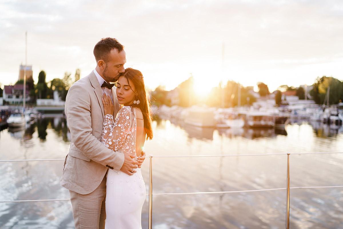 Fotoshooting Hochzeit am See bei Sonnenuntergang - Corona Hochzeit Berlin auf dem Wasser in Spree Hausboot von Hochzeitsfotograf Berlin © www.hochzeitslicht.de #hochzeitslicht
