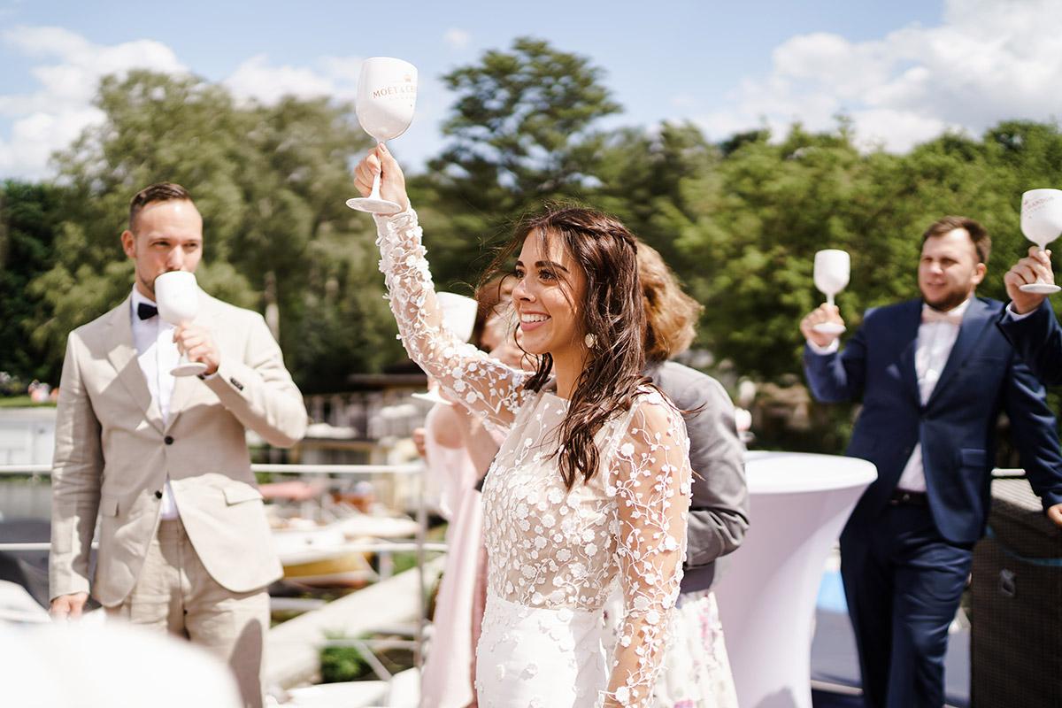 Hochzeitsfotos Empfang Hausboothochzeit Berlin - Corona Hochzeit Berlin auf dem Wasser in Spree Hausboot von Hochzeitsfotograf Berlin © www.hochzeitslicht.de #hochzeitslicht