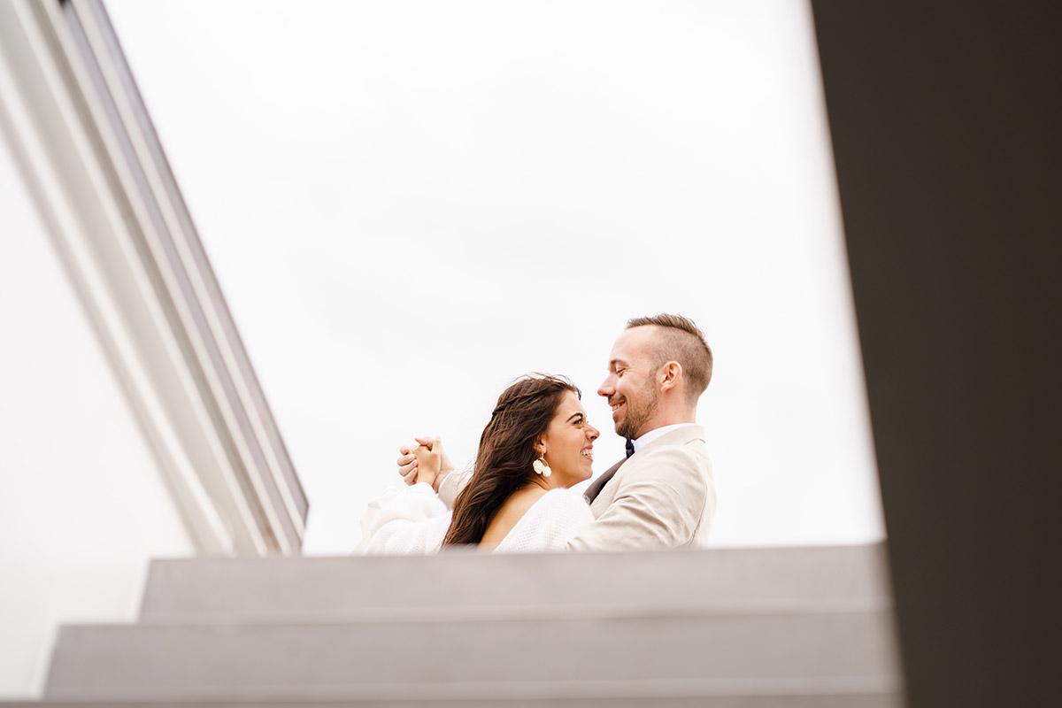 ungestellte Hochzeitsfotos Brautpaar - Corona Hochzeit Berlin auf dem Wasser in Spree Hausboot von Hochzeitsfotograf Berlin © www.hochzeitslicht.de #hochzeitslicht