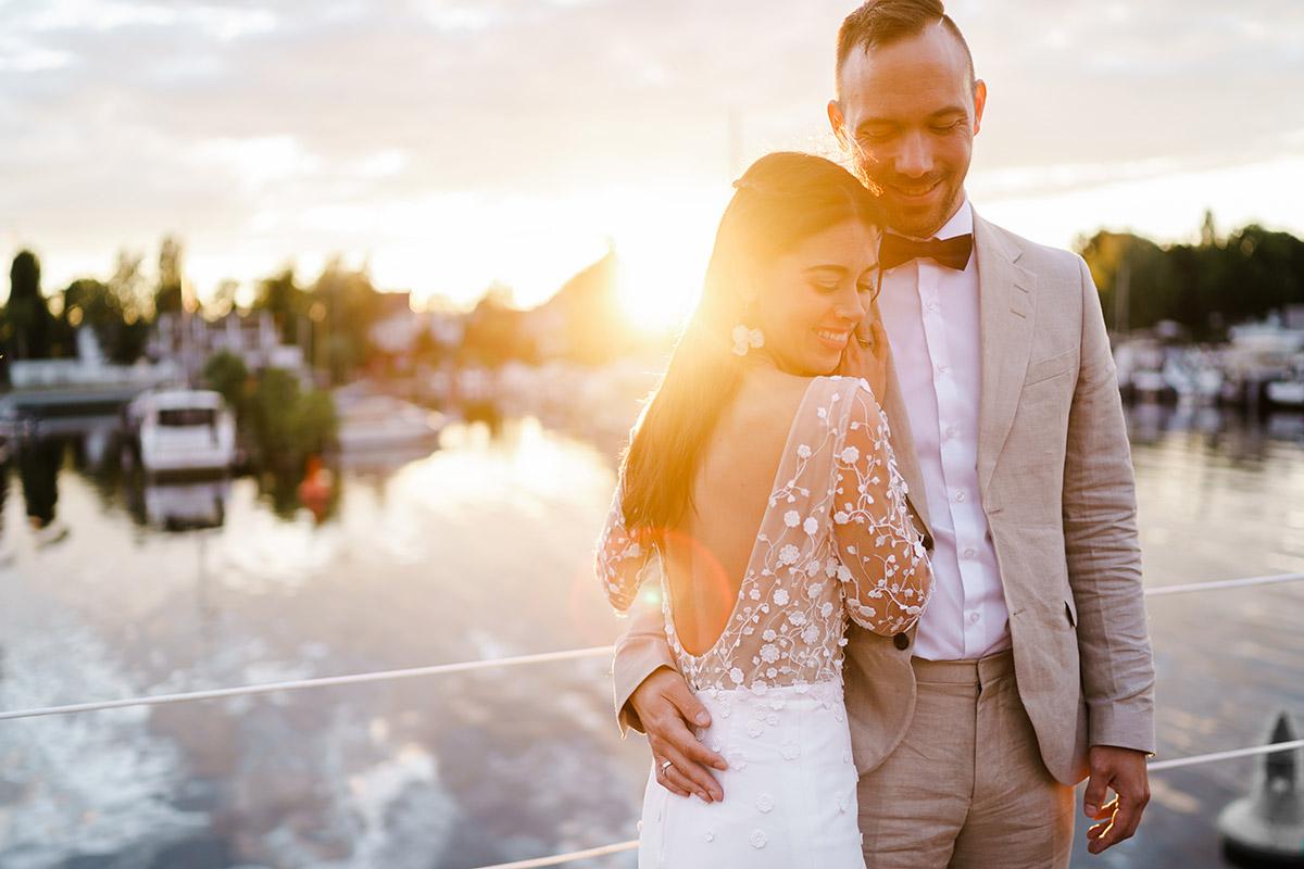 Idee Fotoshooting Hochzeit romantisch Sonnenuntergang - Corona Hochzeit Berlin auf dem Wasser in Spree Hausboot von Hochzeitsfotograf Berlin © www.hochzeitslicht.de #hochzeitslicht