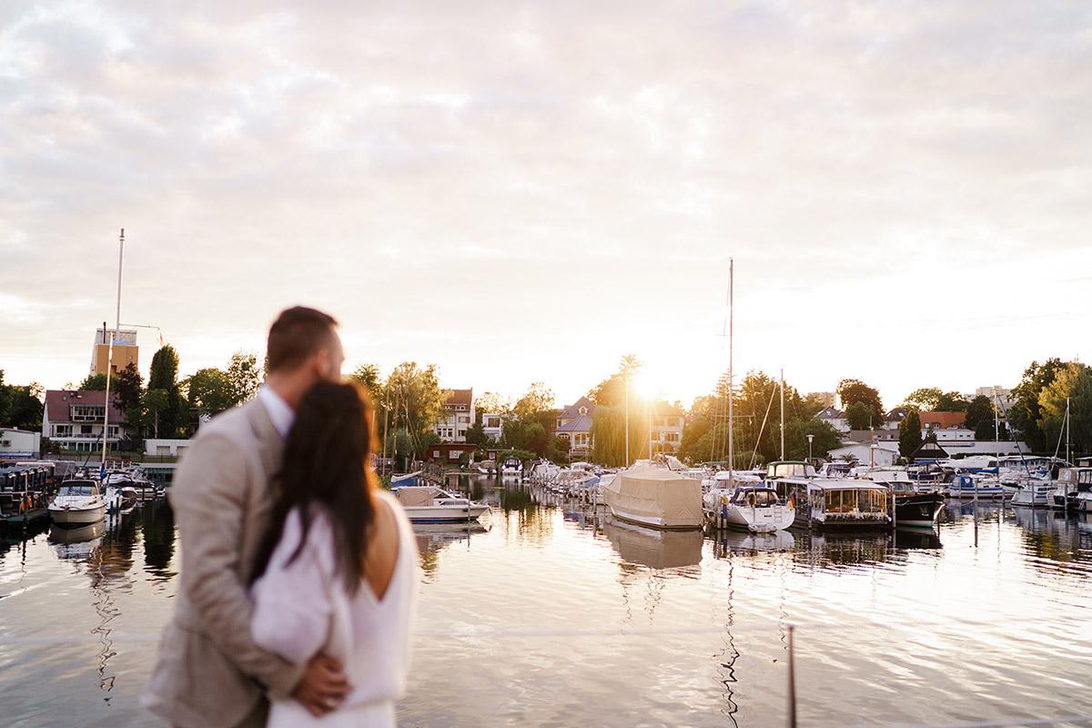 Hochzeitsfotografin Berlin Fotoshooting Sonnenuntergang - Corona Hochzeit Berlin auf dem Wasser in Spree Hausboot von Hochzeitsfotograf Berlin © www.hochzeitslicht.de #hochzeitslicht