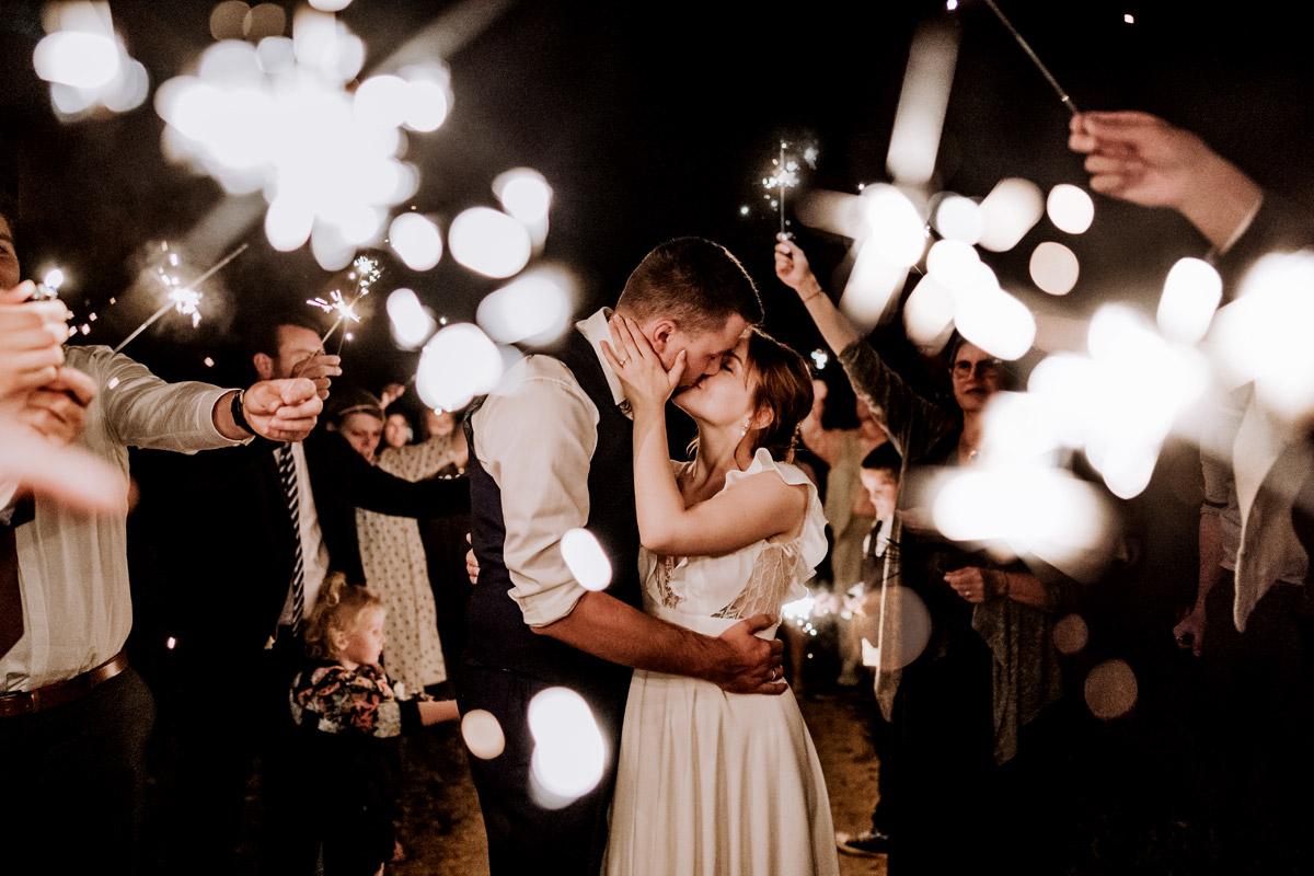 Idee Hochzeitsfoto Wunderkerzen - mehr Kavalierhaus Caputh Hochzeit Fotos aus Corona Zeit im Blog von vintage Hochzeitsfotograf Brandenburg Potsdam © www.hochzeitslicht.de #hochzeitslicht