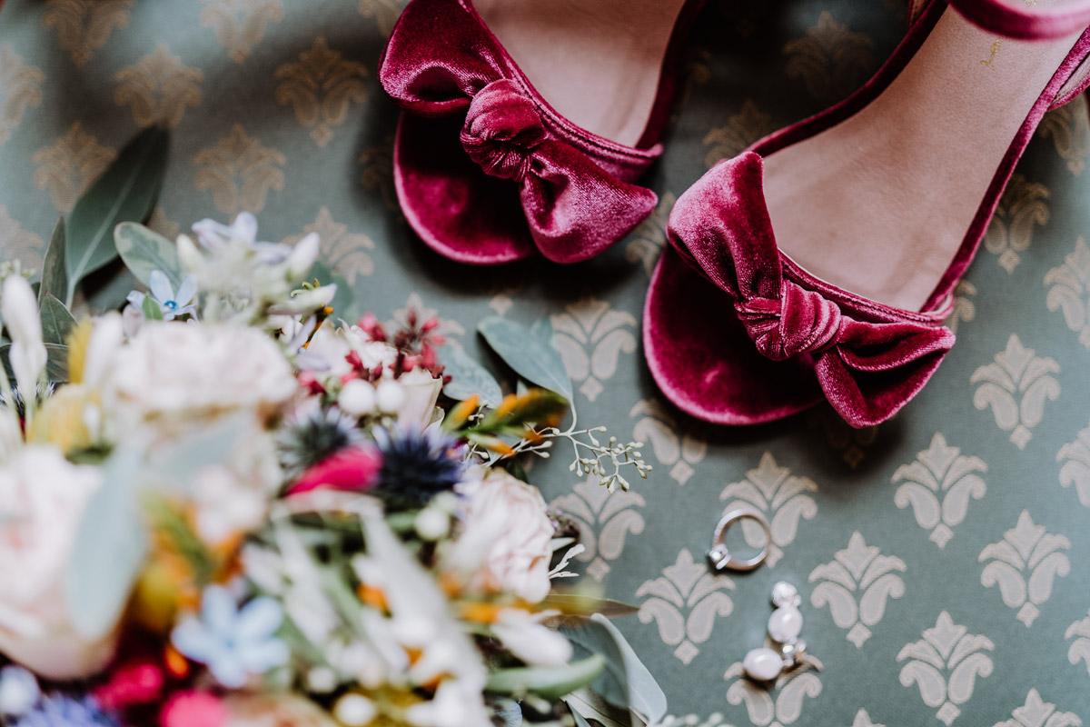 Brautschuhe Samt dunkelrot - mehr Kavalierhaus Caputh Hochzeit Fotos aus Corona Zeit im Blog von vintage Hochzeitsfotograf Brandenburg Potsdam © www.hochzeitslicht.de #hochzeitslicht