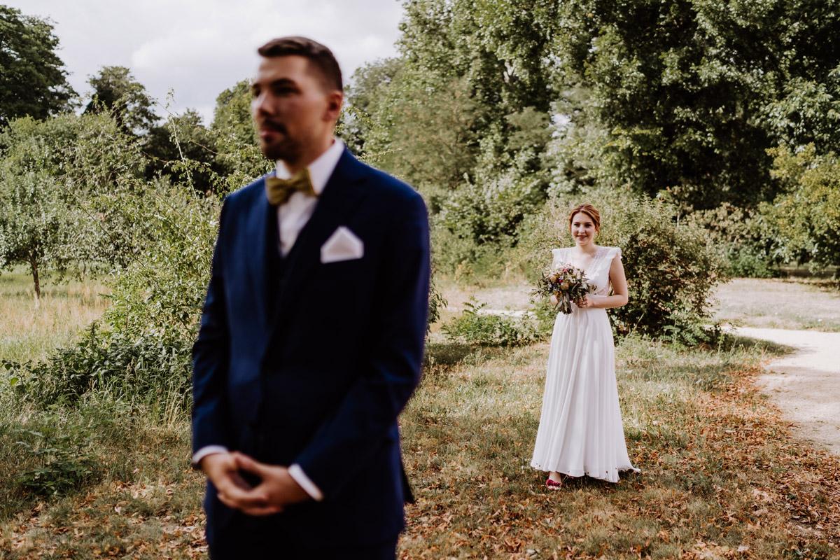 Fotoshooting First Look Hochzeit - mehr Kavalierhaus Caputh Hochzeit Fotos aus Corona Zeit im Blog von vintage Hochzeitsfotograf Brandenburg Potsdam © www.hochzeitslicht.de #hochzeitslicht
