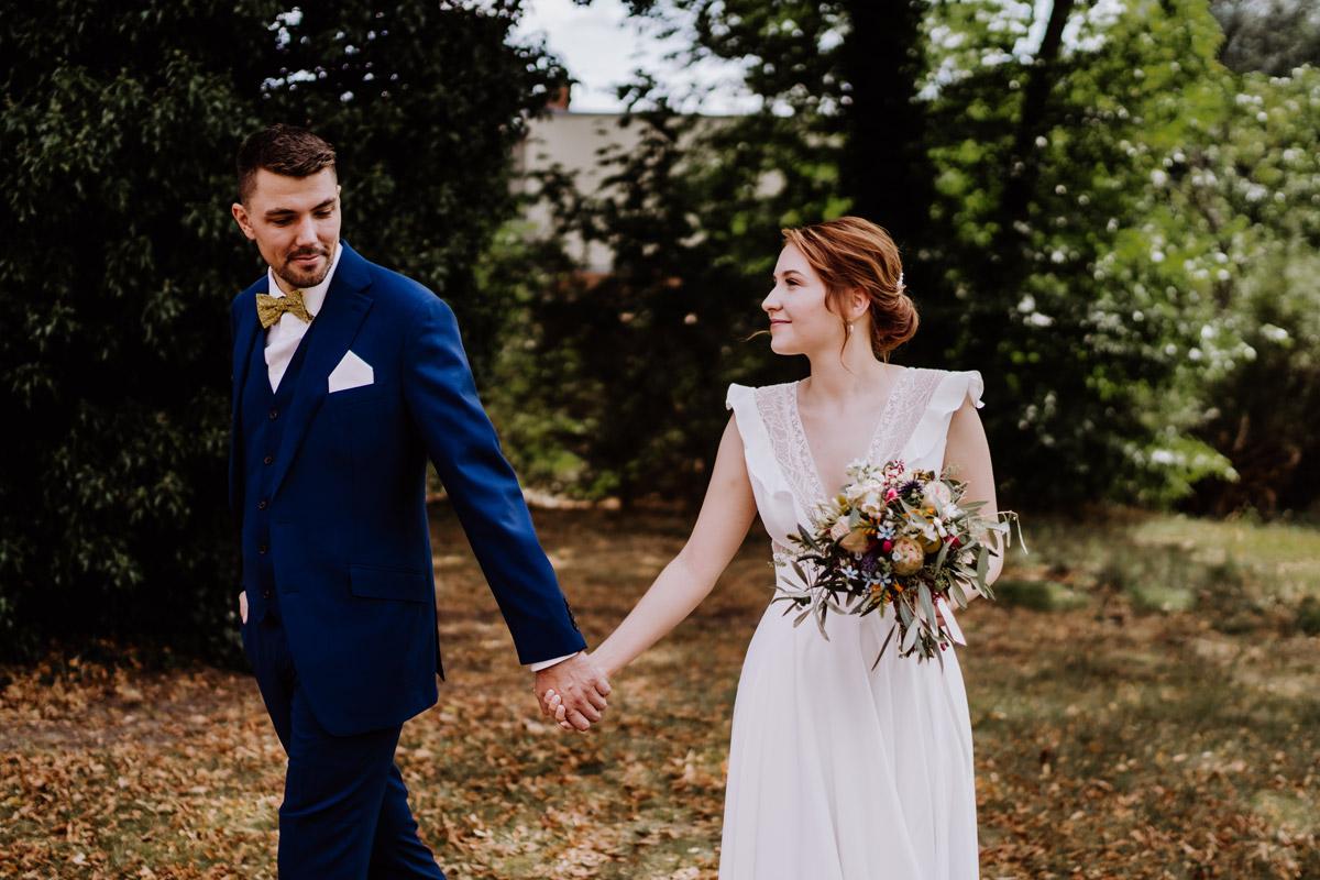 First Look Hochzeitsfotos - mehr Kavalierhaus Caputh Hochzeit Fotos aus Corona Zeit im Blog von vintage Hochzeitsfotograf Brandenburg Potsdam © www.hochzeitslicht.de #hochzeitslicht