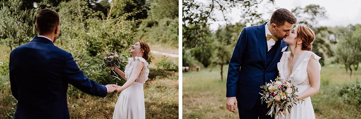 natürliche Hochzeitsfotos im Grünen - mehr Kavalierhaus Caputh Hochzeit Fotos aus Corona Zeit im Blog von vintage Hochzeitsfotograf Brandenburg Potsdam © www.hochzeitslicht.de #hochzeitslicht