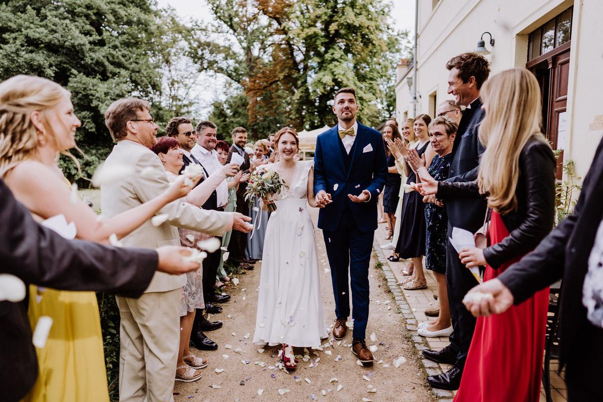 Hochzeitsfoto Auszug Brautpaar Gäste Spalier - mehr Kavalierhaus Caputh Hochzeit Fotos aus Corona Zeit im Blog von vintage Hochzeitsfotograf Brandenburg Potsdam © www.hochzeitslicht.de #hochzeitslicht