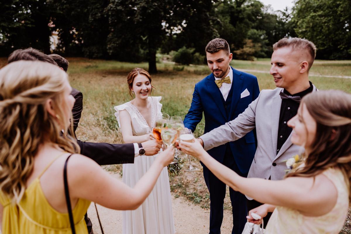 Hochzeitsreportage Sektempfang Sommerhochzeit - mehr Kavalierhaus Caputh Hochzeit Fotos aus Corona Zeit im Blog von vintage Hochzeitsfotograf Brandenburg Potsdam © www.hochzeitslicht.de #hochzeitslicht