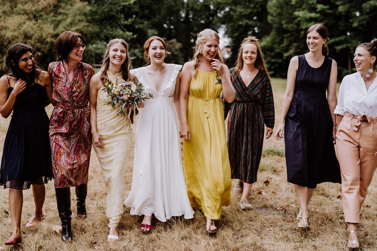 Idee Gruppenfoto Braut mit Mädels - mehr Kavalierhaus Caputh Hochzeit Fotos aus Corona Zeit im Blog von vintage Hochzeitsfotograf Brandenburg Potsdam © www.hochzeitslicht.de #hochzeitslicht