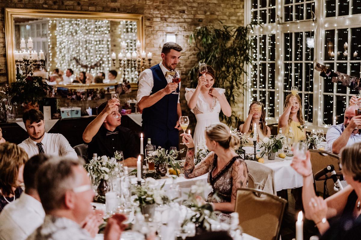 Hochzeitfotos Reden am Abend - mehr Kavalierhaus Caputh Hochzeit Fotos aus Corona Zeit im Blog von vintage Hochzeitsfotograf Brandenburg Potsdam © www.hochzeitslicht.de #hochzeitslicht