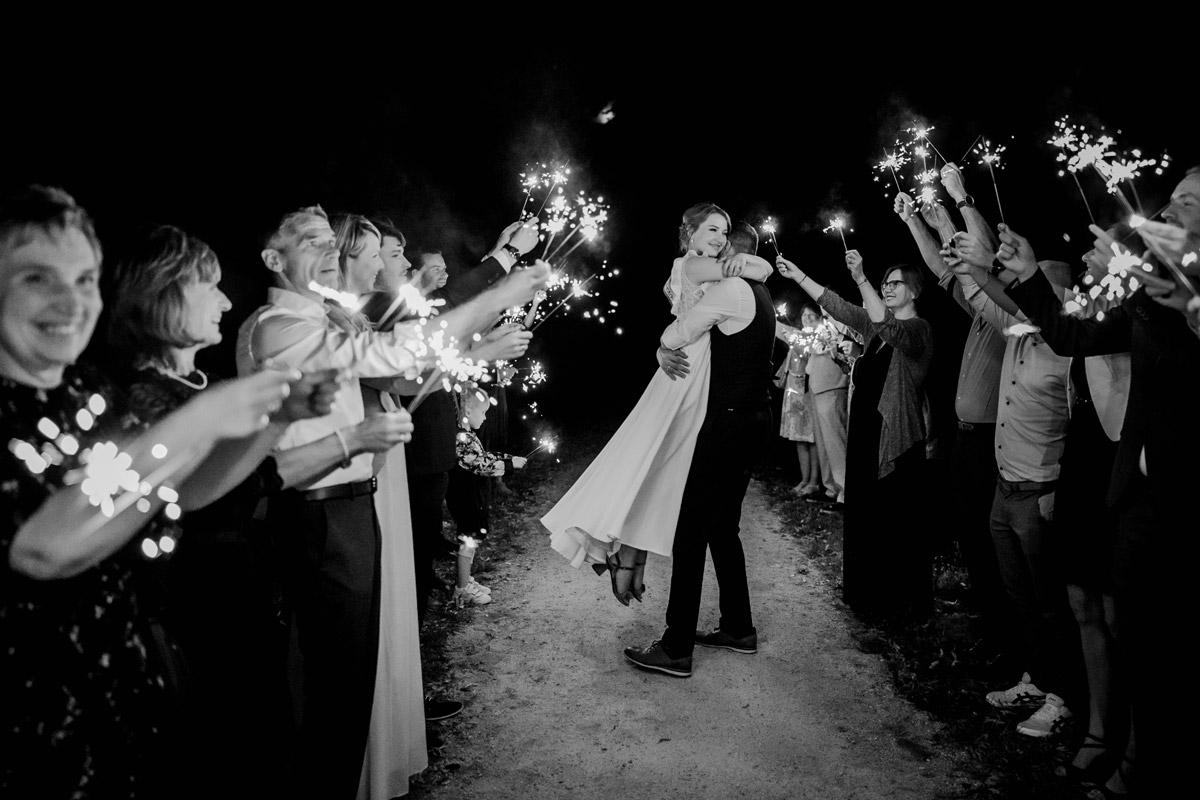 Sparkler Exit Idee Foto Hochzeit Wunderkerzen - mehr Kavalierhaus Caputh Hochzeit Fotos aus Corona Zeit im Blog von vintage Hochzeitsfotograf Brandenburg Potsdam © www.hochzeitslicht.de #hochzeitslicht