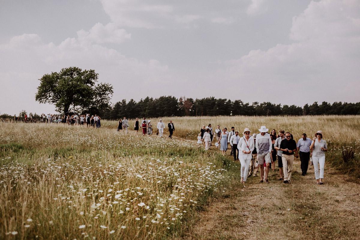 Landhochzeit Feld - Lesbische Hochzeit in vintage Hochzeitslocation Gut Sarnow in Brandenburg von Hochzeitsfotograf Berlin © www.hochzeitslicht.de