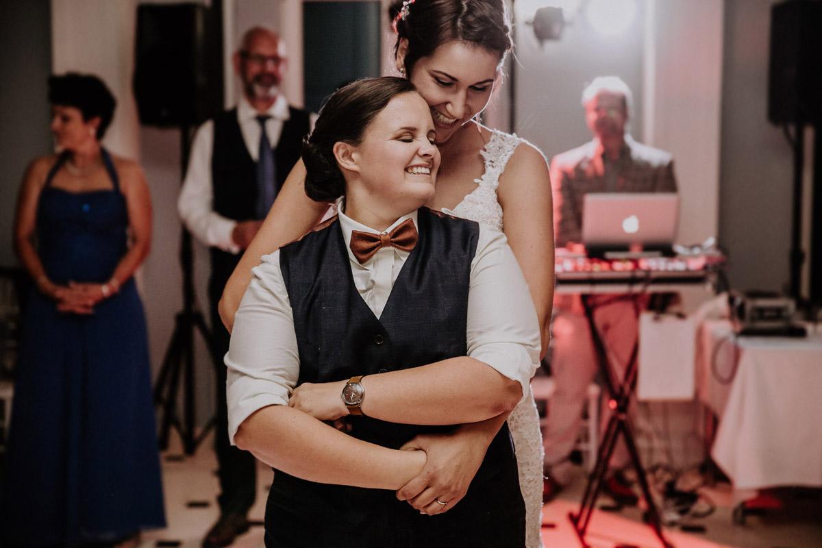 Hochzeitstanz - Lesbische Hochzeit in vintage Hochzeitslocation Gut Sarnow in Brandenburg von Hochzeitsfotograf Berlin © www.hochzeitslicht.de