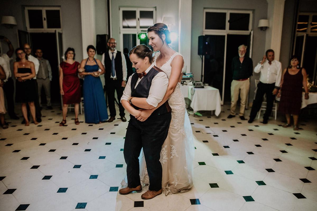 Hochzeitsfoto Tanz - Lesbische Hochzeit in vintage Hochzeitslocation Gut Sarnow in Brandenburg von Hochzeitsfotograf Berlin © www.hochzeitslicht.de