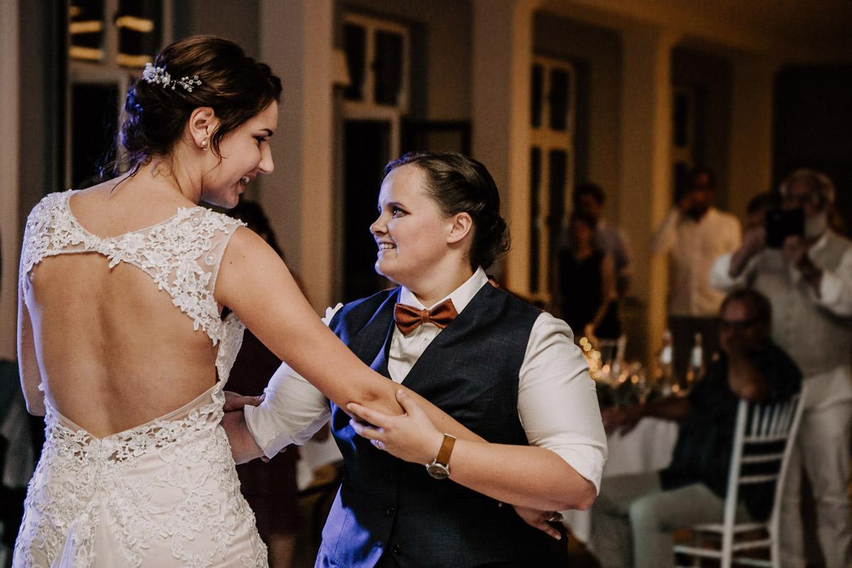 Hochzeitsfoto Eröffnungstanz Brautpaar - Lesbische Hochzeit in vintage Hochzeitslocation Gut Sarnow in Brandenburg von Hochzeitsfotograf Berlin © www.hochzeitslicht.de