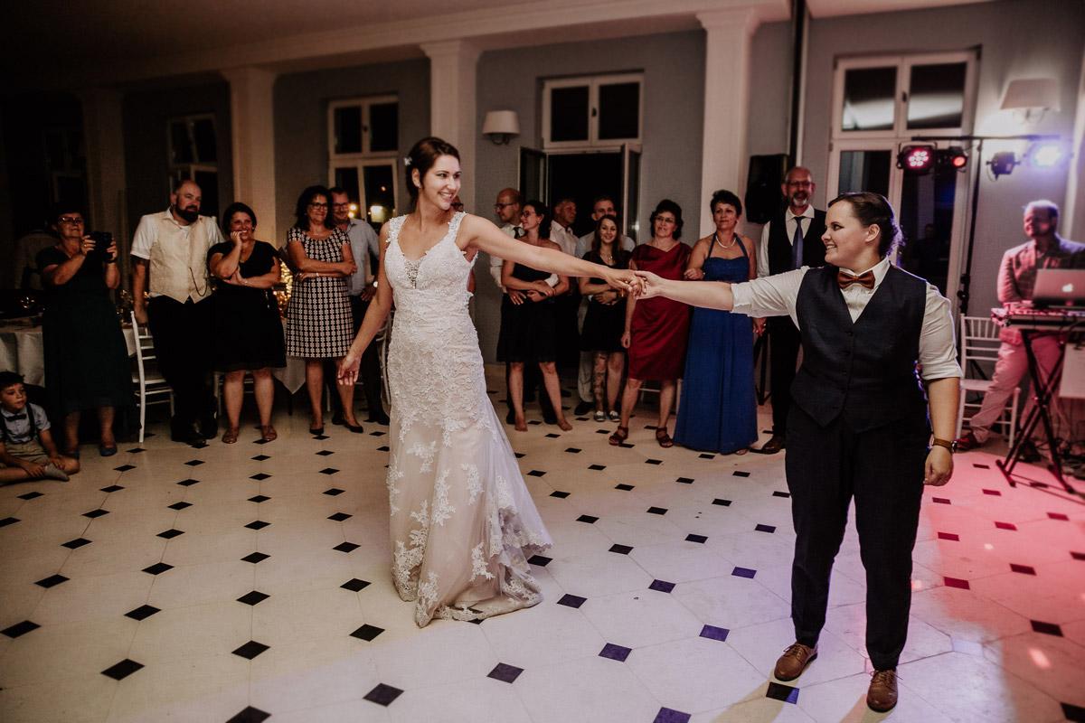 Hochzeitsreportagefoto Hochzeitstanz - Lesbische Hochzeit in vintage Hochzeitslocation Gut Sarnow in Brandenburg von Hochzeitsfotograf Berlin © www.hochzeitslicht.de