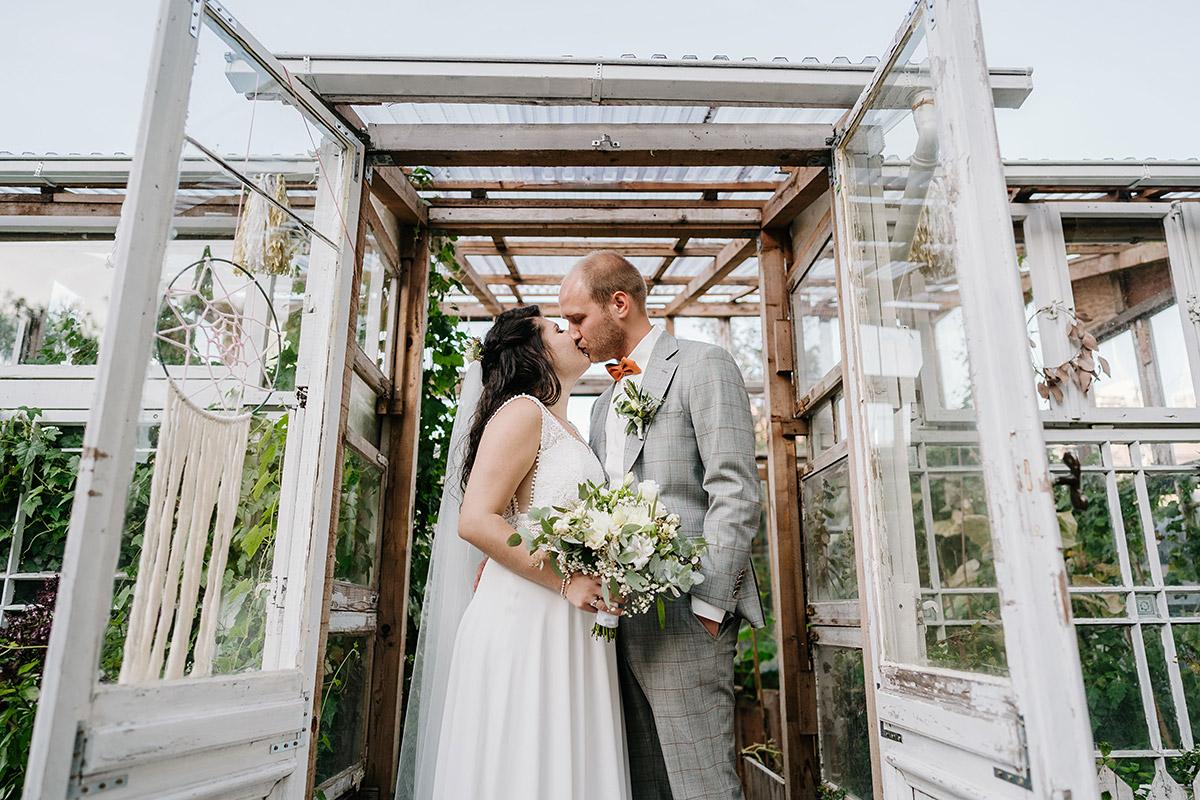 Idee Hochzeitsfoto Standesamt Paar küsst sich - Oberhafenkantine Berlin Hochzeit am Wasser, urbane Garten DIY-Hochzeit von Hochzeitsfotograf Berlin © www.hochzeitslicht.de #hochzeitslicht
