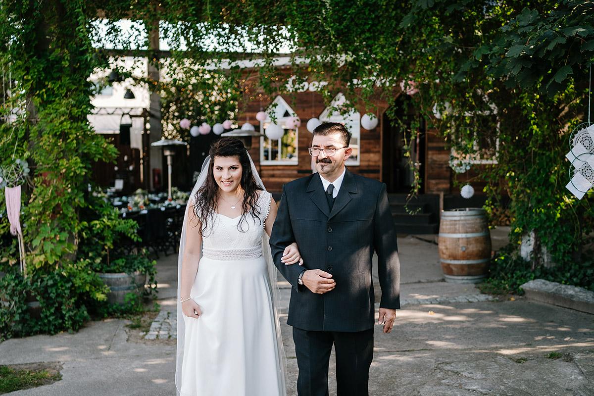 Hochzeitsfoto Einzug Braut freie Trauung - Oberhafenkantine Berlin Hochzeit am Wasser, urbane Garten DIY-Hochzeit von Hochzeitsfotograf Berlin © www.hochzeitslicht.de #hochzeitslicht