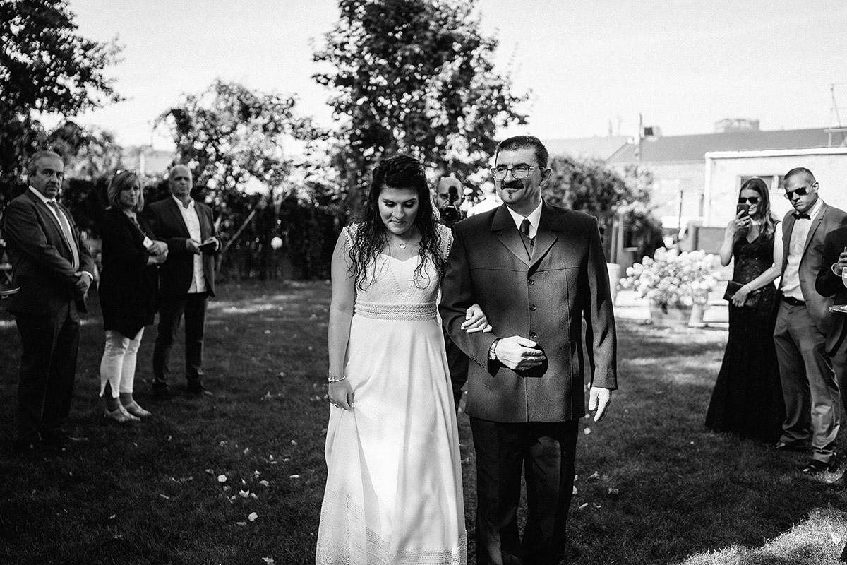 Foto Einzug Braut mit Vater freie Trauung - Oberhafenkantine Berlin Hochzeit am Wasser, urbane Garten DIY-Hochzeit von Hochzeitsfotograf Berlin © www.hochzeitslicht.de #hochzeitslicht