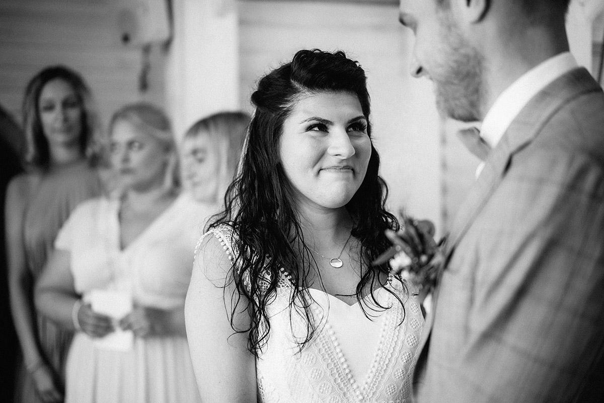 authentische Hochzeitsfotografie Trauung - Oberhafenkantine Berlin Hochzeit am Wasser, urbane Garten DIY-Hochzeit von Hochzeitsfotograf Berlin © www.hochzeitslicht.de #hochzeitslicht