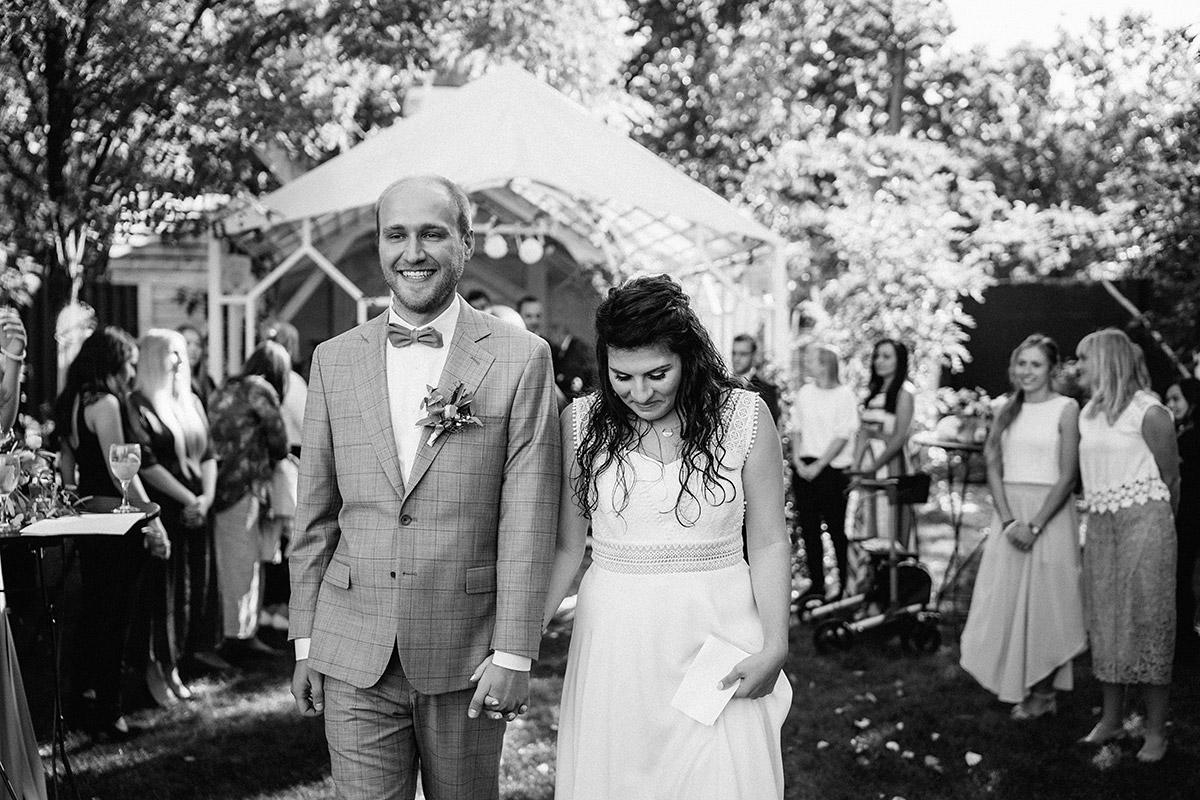 Auszug Brautpaar freie Trauung Garten - Oberhafenkantine Berlin Hochzeit am Wasser, urbane Garten DIY-Hochzeit von Hochzeitsfotograf Berlin © www.hochzeitslicht.de #hochzeitslicht