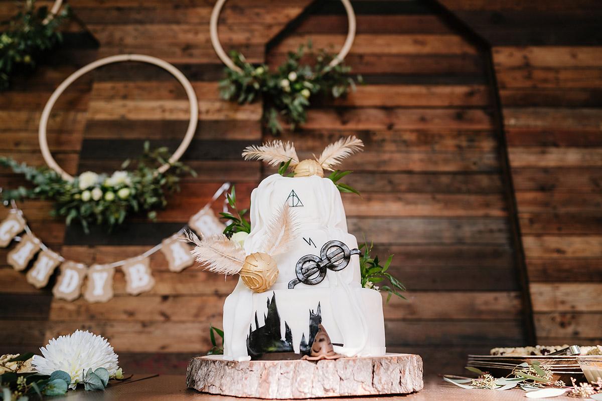 Hochzeitstorte Harry Potter: dreistöckige weiße Torte Harry Potter Themed Wedding Cake bei Oberhafenkantine Berlin Hochzeit am Wasser; mehr Fotos im Hochzeitsblog von Hochzeitsfotograf Berlin © www.hochzeitslicht.de #hochzeitslicht