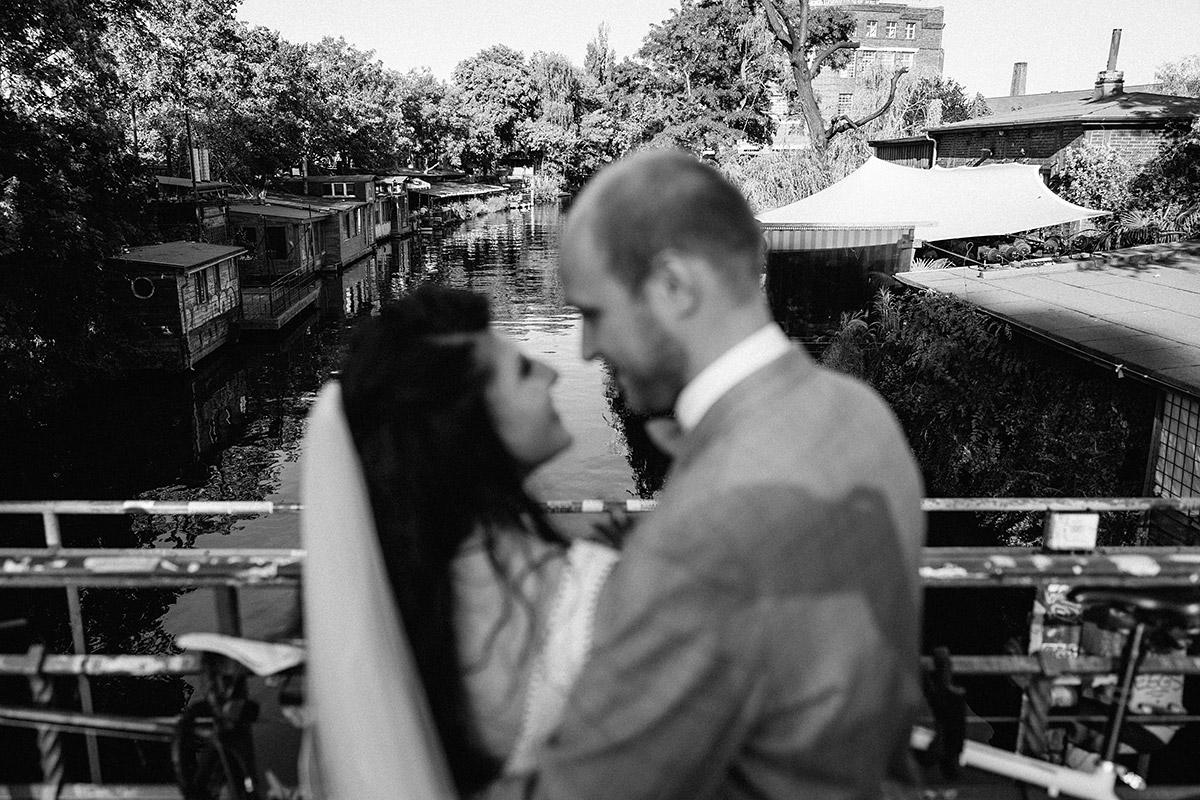 Urbane Hochzeitsfotos Brautpaar am Wasser Berlin - Oberhafenkantine Berlin Hochzeit am Wasser, urbane Garten DIY-Hochzeit von Hochzeitsfotograf Berlin © www.hochzeitslicht.de #hochzeitslicht
