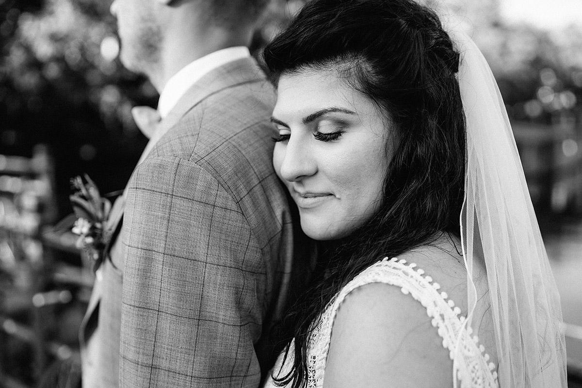 Idee Hochzeitsfoto Pose Braut lehnt an Schulter Bräutigam Augen geschlossen - Oberhafenkantine Berlin Hochzeit am Wasser, urbane Garten DIY-Hochzeit von Hochzeitsfotograf Berlin © www.hochzeitslicht.de #hochzeitslicht