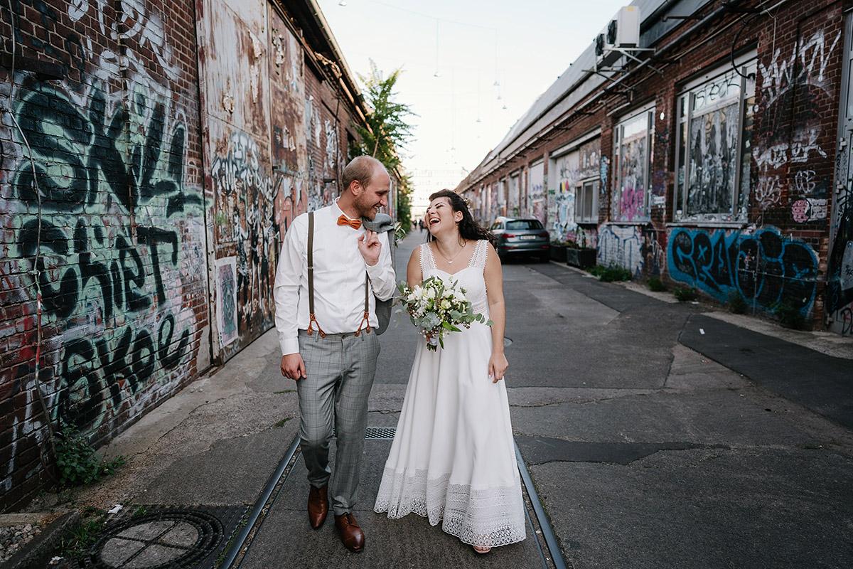 Hochzeitspaar Fotoshooting mit Graffiti: Brautpaar Idee Hochzeitsfotoshooting urbane Hochzeit in Oberhafenkantine Berlin Kreuzberg von Hochzeitsfotograf Berlin © www.hochzeitslicht.de #hochzeitslicht