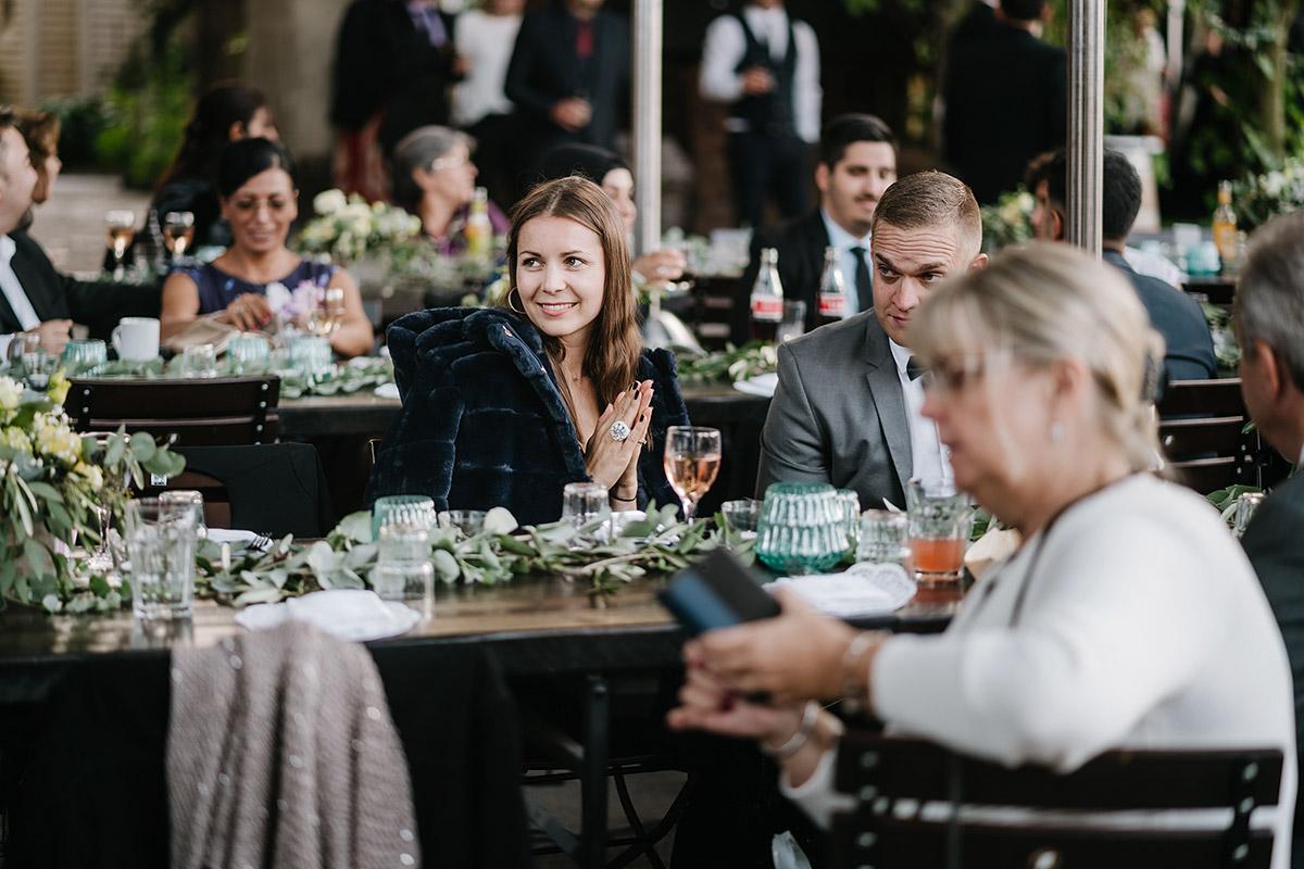 Gästefotos beim Essen - Oberhafenkantine Berlin Hochzeit am Wasser, urbane Garten DIY-Hochzeit von Hochzeitsfotograf Berlin © www.hochzeitslicht.de #hochzeitslicht