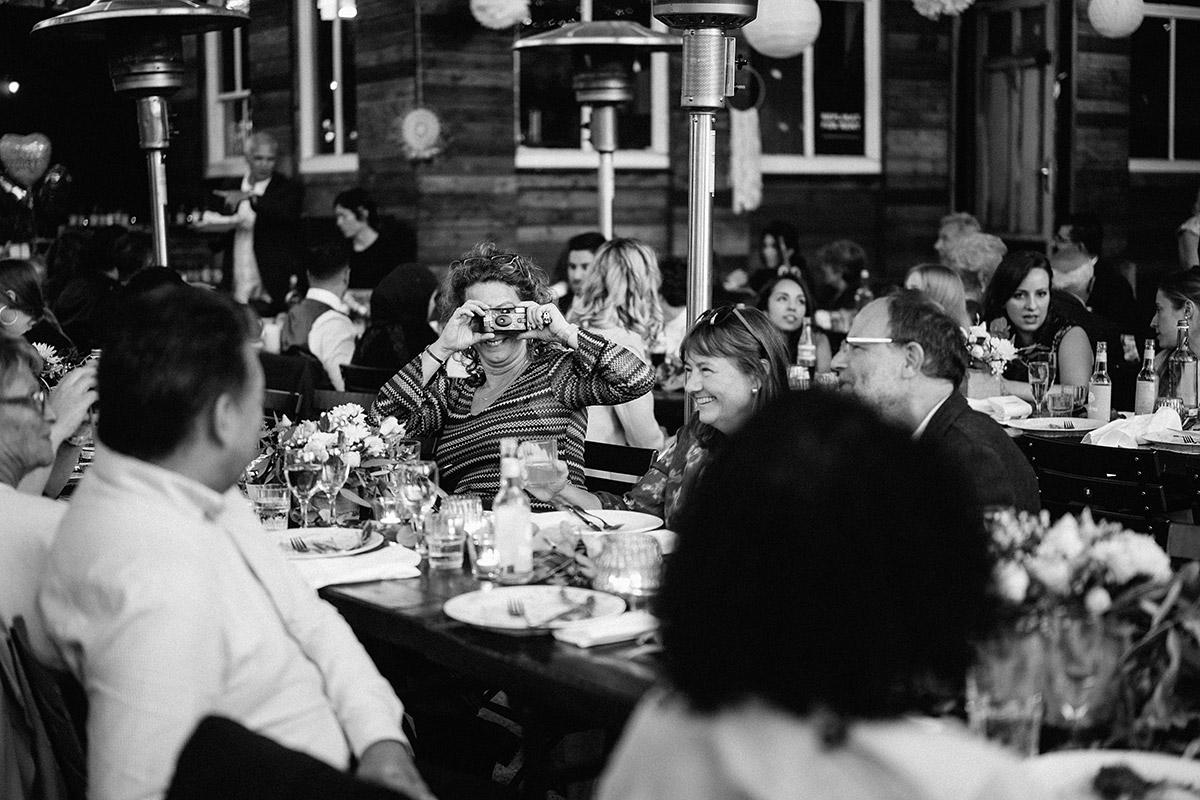 lustige Gästefotos beim Essen - Oberhafenkantine Berlin Hochzeit am Wasser, urbane Garten DIY-Hochzeit von Hochzeitsfotograf Berlin © www.hochzeitslicht.de #hochzeitslicht