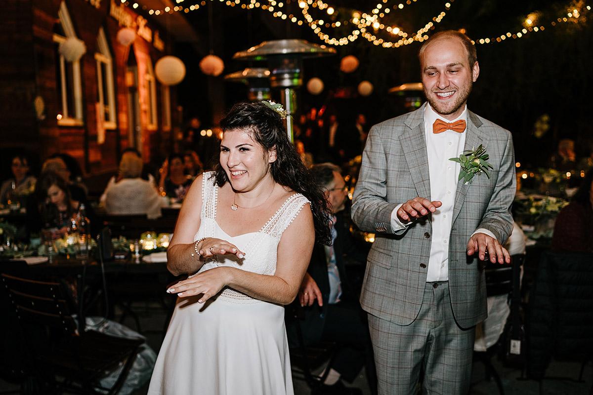 Hochzeitsfotos Party am Abend - Oberhafenkantine Berlin Hochzeit am Wasser, urbane Garten DIY-Hochzeit von Hochzeitsfotograf Berlin © www.hochzeitslicht.de #hochzeitslicht